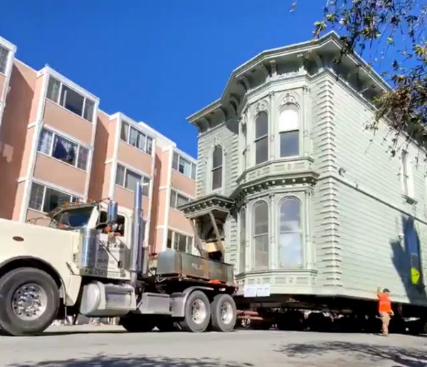 À San Francisco, une maison de 139 ans a été déplacée par camion jusqu'à sa nouvelle adresse