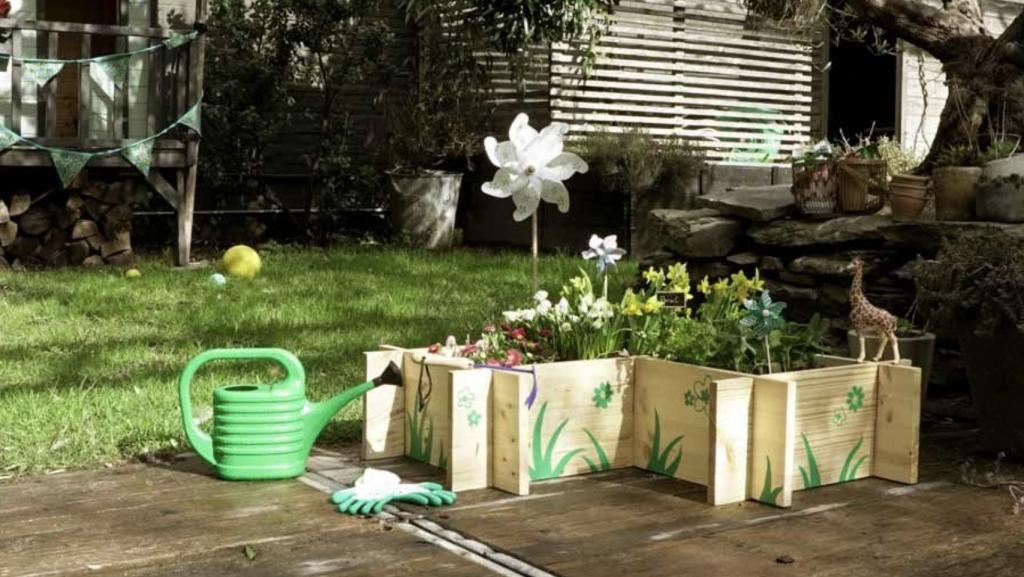 mini bac potager pour enfants dans jardin