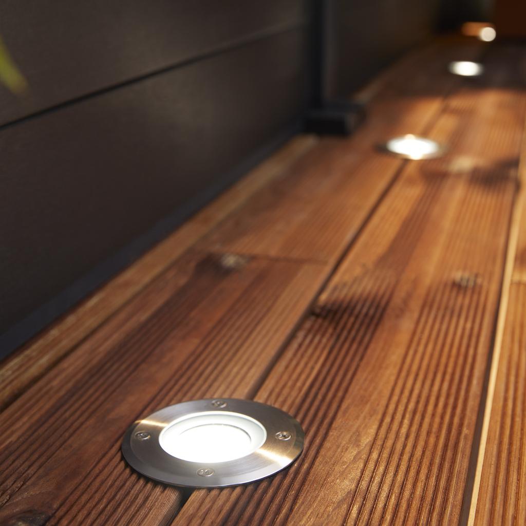 spots lumineux sur planche de bois