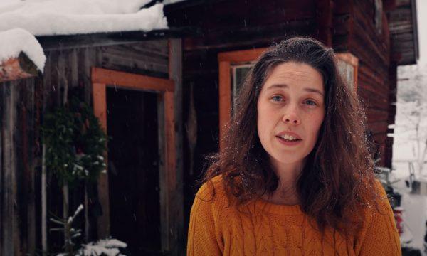 Ils vivent dans la forêt suédoise sans eau ni électricité mais leur cabane est incroyablement cosy