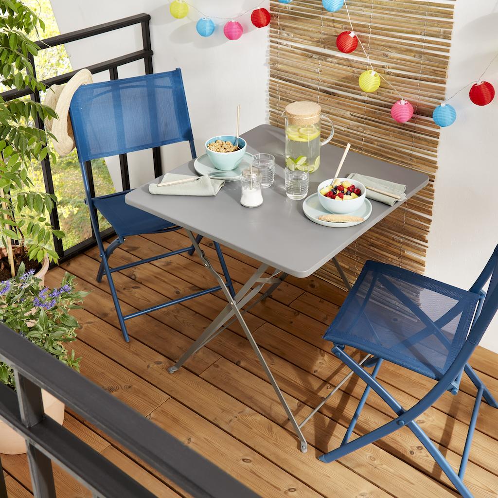 table et chaises sur balcon terrasse