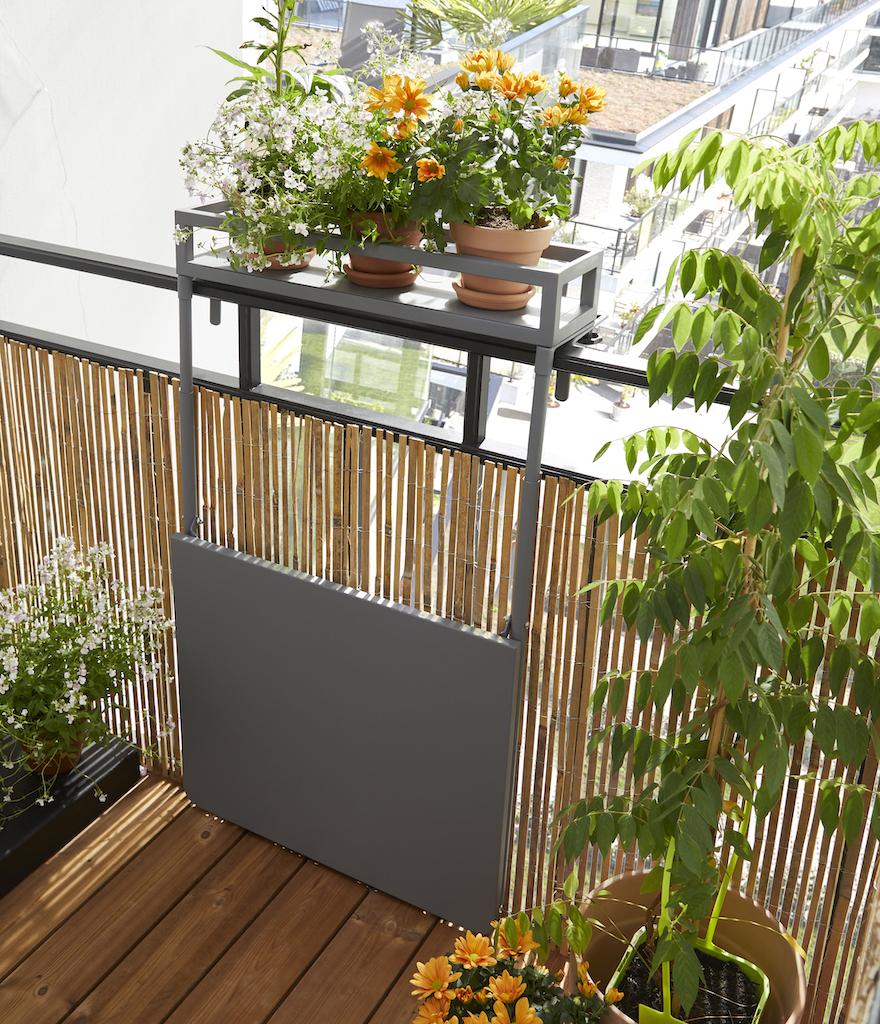 table suspendue pliée sur balcon