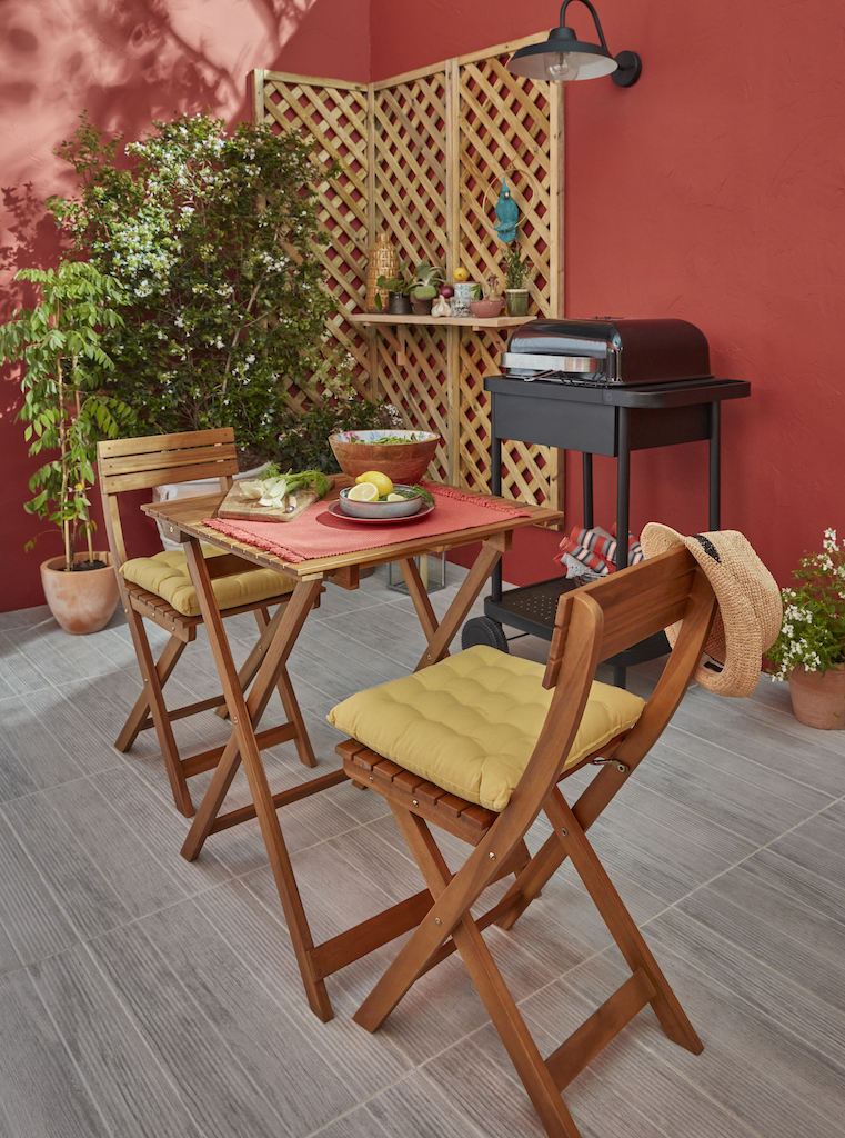 table chaises et barbecue jardin