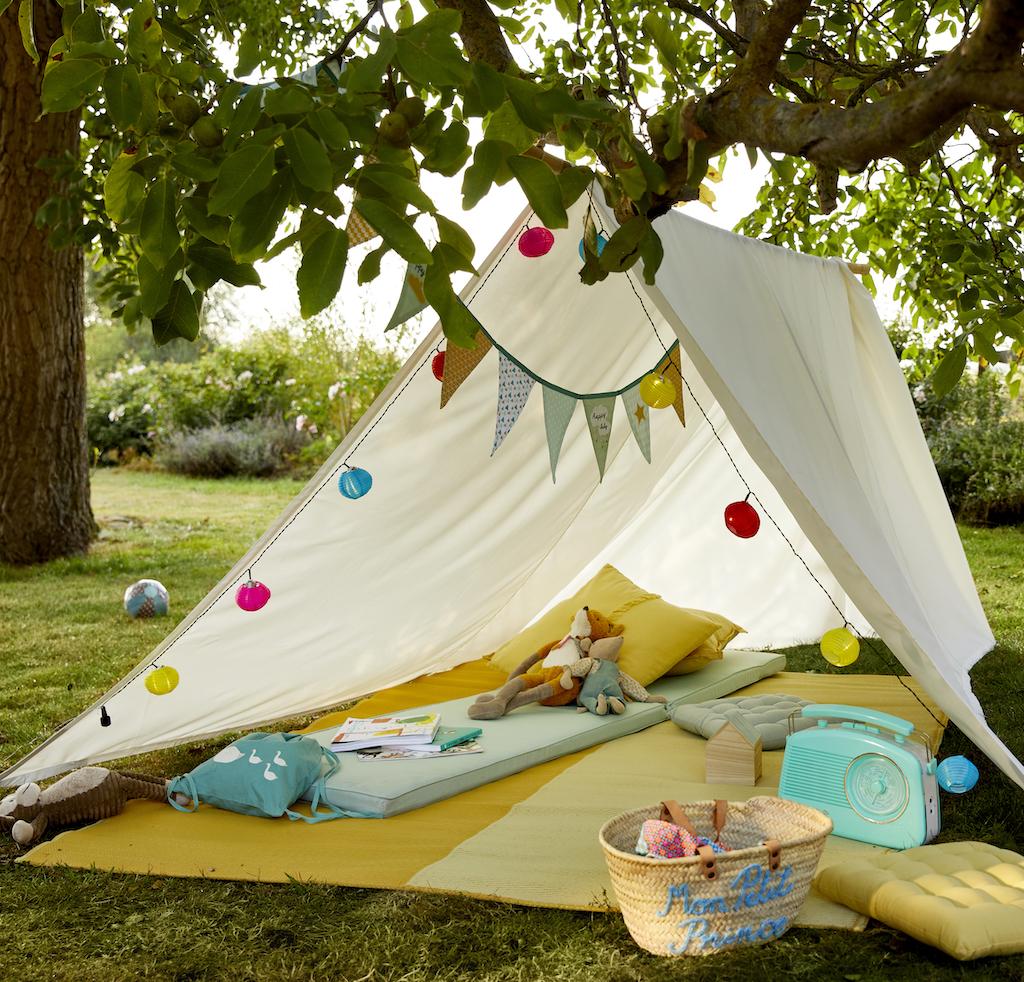 une petite cabane en tissu dans un jardin