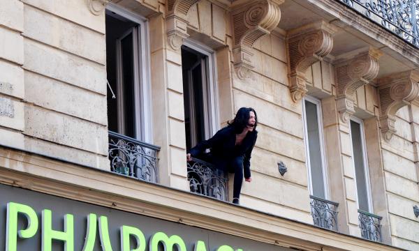 Une troupe de théâtre joue des spectacles depuis son balcon pour les passants
