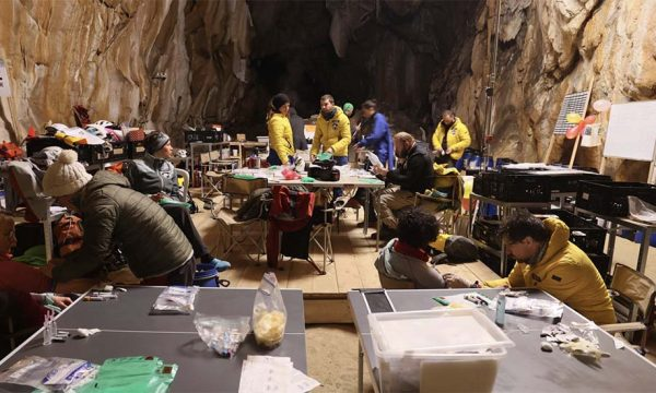 Pendant 40 jours, ils vivent dans une grotte sans lumière du jour ni montre