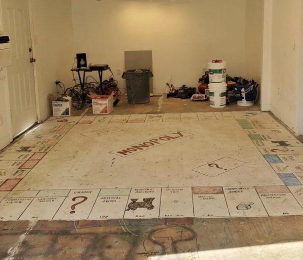 Pendant leurs travaux, ils découvrent un Monopoly géant sous la moquette !