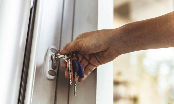 Pourquoi devient-il plus difficile de se retenir de faire pipi une fois que l'on arrive devant sa porte ?