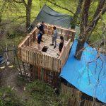 quatre copains sur le donjon de la cabane géante en palettes