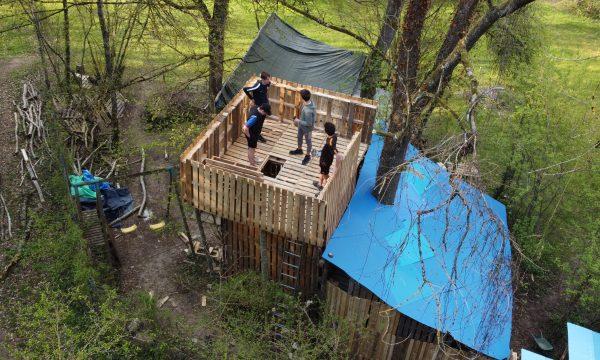 À 15 ans, il fabrique une cabane géante avec un donjon de 5 mètres de haut
