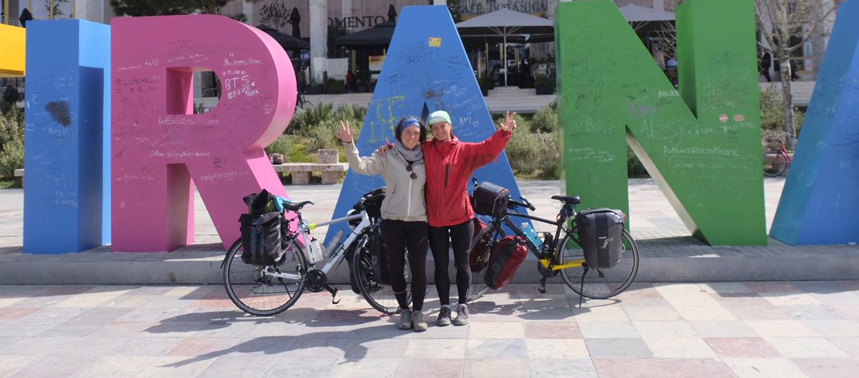 Léa et Julie voyagent en vélo pour visiter les éco-lieux à travers l'Europe