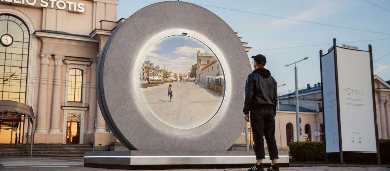 Ce portail vidéo géant relie les habitants de deux villes d'Europe, comme dans Stargate