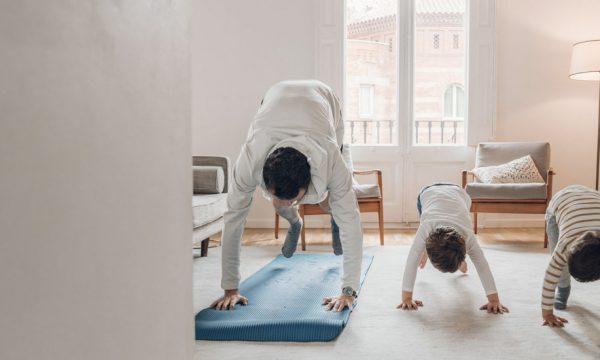 3 postures pour initier les enfants au yoga à la maison