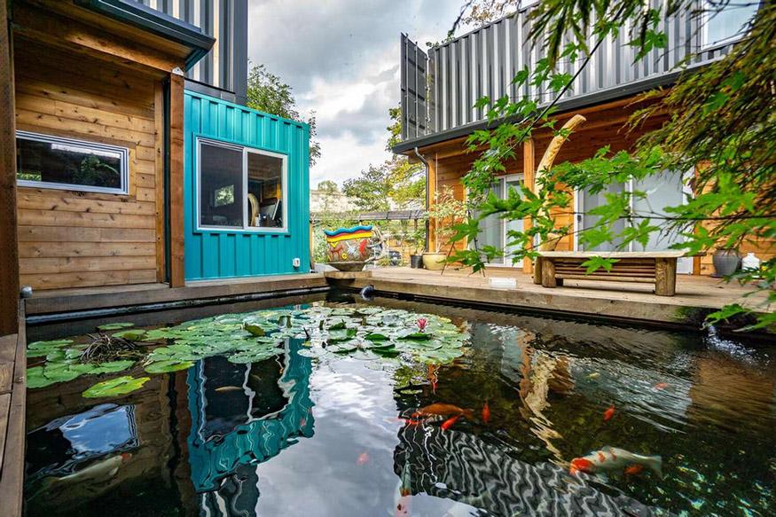 Au centre de la maison, un bassin de carpes japonaises