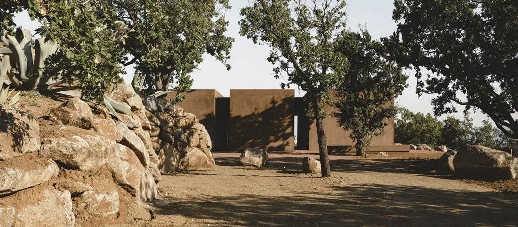 En Calabre, une maison contemporaine se cache sous des cubes couleur terre