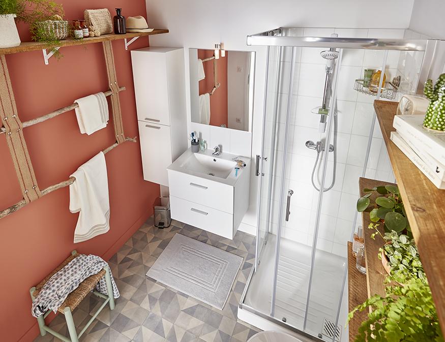 une salle de bains décorée avec un porte-serviettes fabriqué avec des branches