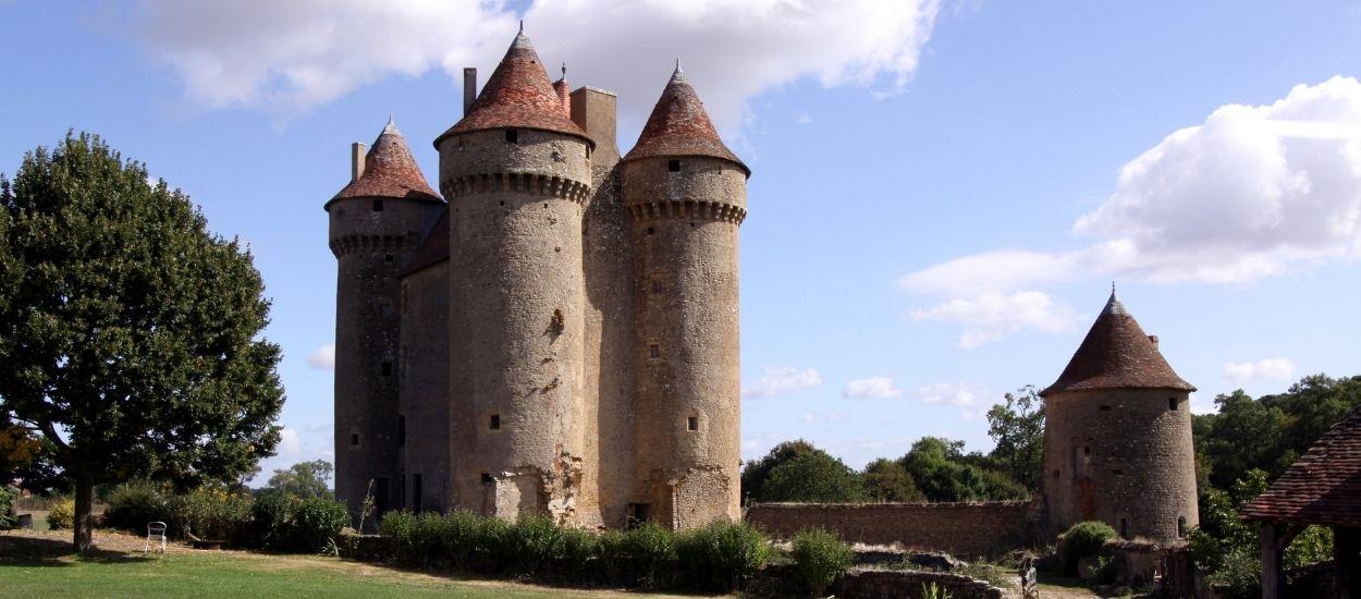 Depuis plus de trente ans, il rénove seul ce magnifique château