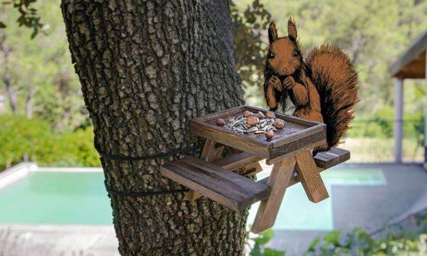 Tuto : Fabriquez une mangeoire façon table de pique-nique pour les écureuils de votre jardin
