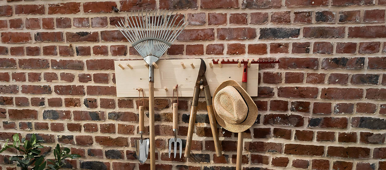 Tuto : Fabriquez un râtelier pour vos outils de jardin