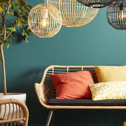 Déco : 8 idées pour adopter votre mobilier de jardin à l'intérieur !