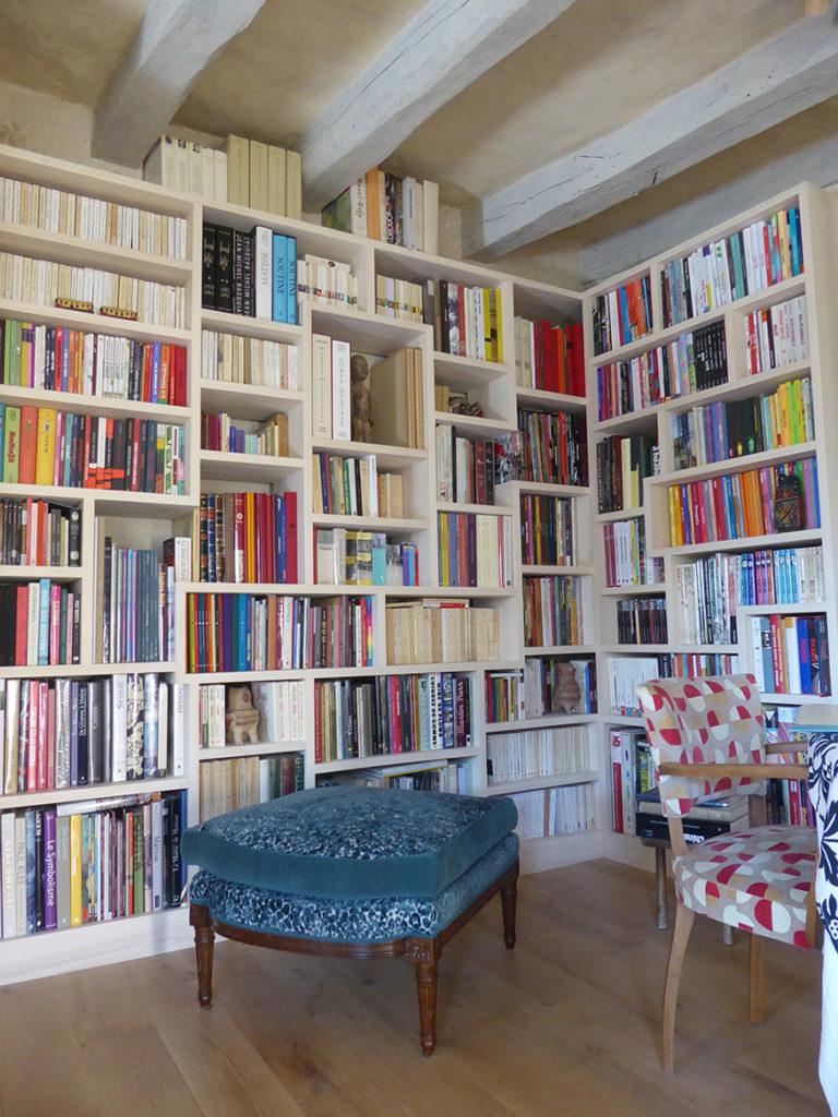 Une bibliothèque en peuplier