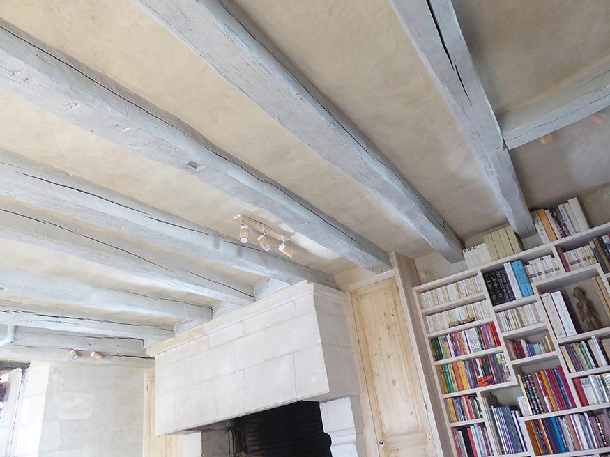 lse poutres et la cheminée rénovés d'une ancienne maison du XVIe siècle en Touraine