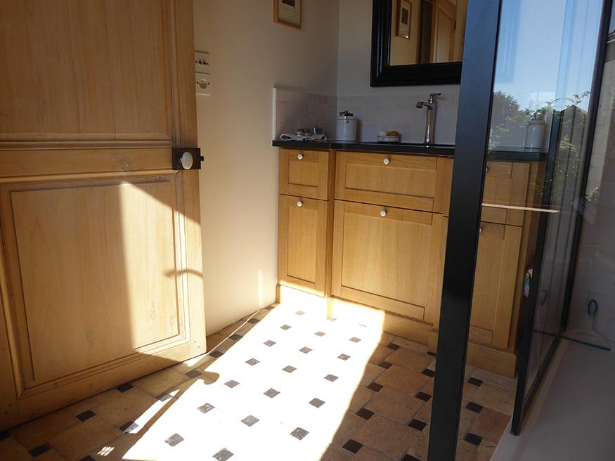 Une salle de bains d'une maison ancienne avec des carreaux en terre cuite