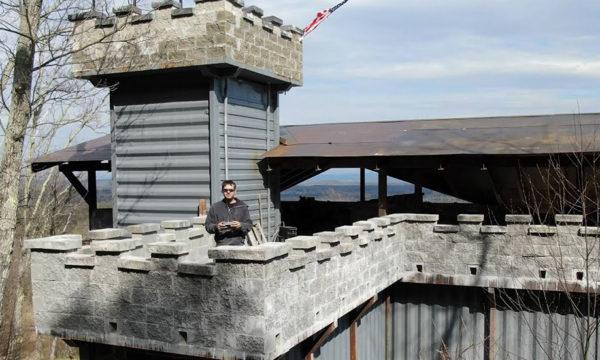 Il a construit tout seul un château indestructible à partir de containers maritimes