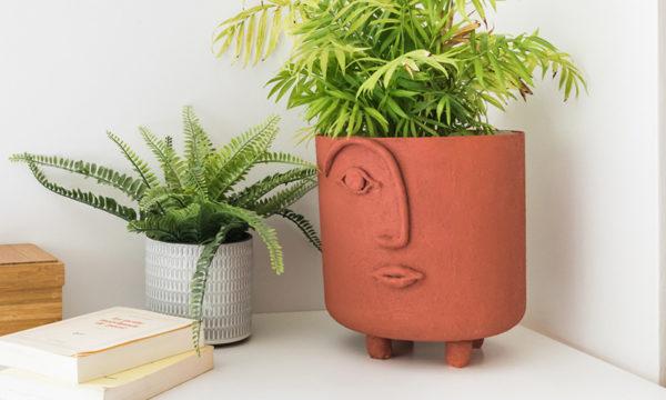 Tuto : Customisez un cache-pot avec un effet terre cuite et un motif de visage en relief